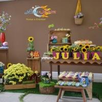 Festa de aniversário: flores, móveis de demolição, doces. Cada detalhe foi elaborado com carinho