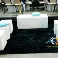Locação de pufes, tapetes, mesas, peças para mesa de doces