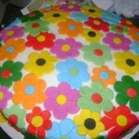 Bolos com recheios escolhido pelo cliente e decorado de acordo com o tema.