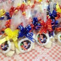 Balas de coco recheadas e embaladas para festa da Branca de Neve