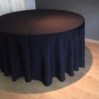 Aluguel de mesa redonda para 8 pessoas com toalha redonda preta