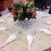 Aluguel de toalha adamascada perola com mesa redonda para 8 pessoas