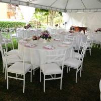 Aluguel de toalha redonda branca com mesa redonda para 8 pessoas e cadeira de ferro branca
