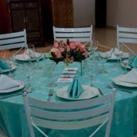Aluguel de toalha adamascada Azul Tiffany com mesa redonda para 8 pessoas e cadeira de ferro branca