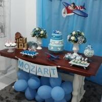 Linda decoração tema aviador para o pequeno Mozart.  Peças da @mamaefazafestabc Solicite um orçame