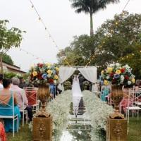 Cerimônia ao ar livre com passarela espelhada (dia)