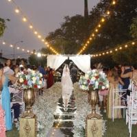 Cerimônia ao ar livre com passarela espelhada (por do sol)
