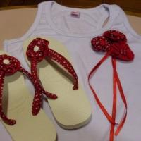 Conjunto de havaianas e camiseta