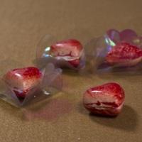 Bombom coração na cor desejada preparado de forma artesanal com chocolate de boa qualidade.