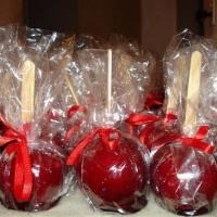 Maçã do amor caramelizadas tradicional ou personalizadas de chocolate