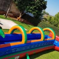 o radical tem uma piscina no fim , a brincadeira consiste em correr pegar um embalo e escorregar ate