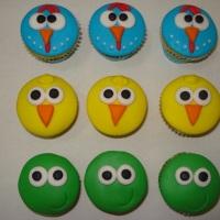 Mini Cupcakes com cobertura de pasta americana.
