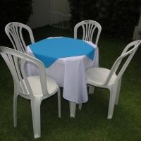 Conjunto de mesa com 4 cadeiras, toalha de oxford branca  (1,40 x 1,40m) e cobre mancha de oxford az