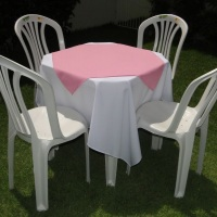 Conjunto de mesa com 4 cadeiras, toalha de oxford branca  (1,40 x 1,40m) e cobre mancha de oxford ro