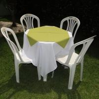 Conjunto de mesa com 4 cadeiras, toalha de oxford branca (1,40 x 1,40m) e cobre mancha de oxford ver