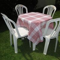 Conjunto de mesa com 4 cadeiras e toalha de oxford quadriculada branco e vermelho  (1,40 x 1,40m).