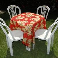 Conjunto de mesa com 4 cadeiras e toalha de chitão (1,40 x 1,40m). Temos estampas variadas.