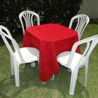 Conjunto de mesa com 4 cadeiras e toalha de jaquard vermelha (1,40 x 1,40m).