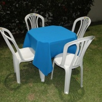 Conjunto de mesa com 4 cadeiras e toalha de oxford azul (1,40 x 1,40m).