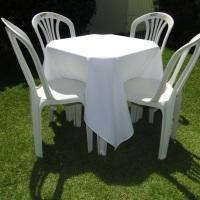 Conjunto de mesa com 4 cadeiras e toalha de oxford branca (1,40 x 1,40m).