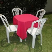 Conjunto de mesa com 4 cadeiras e toalha de oxford pink (1,40 x 1,40m).