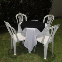 Conjunto de mesa com 4 cadeiras, toalha de oxford branca (1,40 x 1,40m) e cobre mancha de oxford pre
