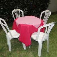 Conjunto de mesa com 4 cadeiras, toalha de oxford pink (1,40 x 1,40m) e cobre mancha de oxford rosa