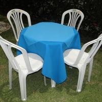 Conjunto de mesa com 4 cadeiras, toalha de oxford azul (1,40 x 1,40m) e cobre mancha de oxford azul