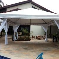 Tenda 5x5 decoração simples, envolve: forração dos pés da tenda e cortinado em voal nos 4 cantos da