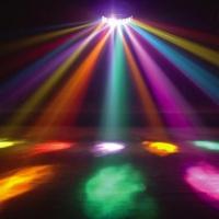 iluminação com globo colorido e canhões