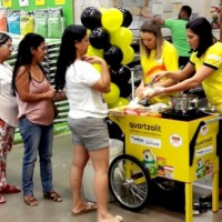 Ações com distribuição de alimento ( Hot-Dog ) em carrinhos Retrô Gourmet.
