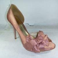 sandália  com  meia pata baixa 2 cm  e salto 8 cam laço em cetim e cabedal em couro verniz , acesseo
