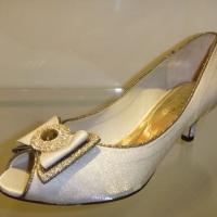 peep toe em cetim importado off white e detalhes em dourado com broche no laço, acesse o site e conf