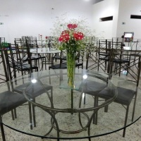 Mesas convidados metal ouro martelado, e tampo redondo de 1,20 de vidro incolor. Cadeiras metal ouro
