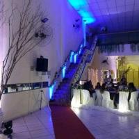 Escada decorada na cor do vestido da debutante para o brilho de sua festa.
