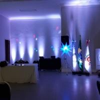 A iluminação cênica dá muita vida a sua festa ou evento, e nós vamos fazer sua festa brilhar.