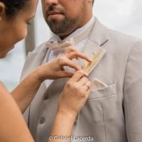Colocação da coursage na lapela do noivo
