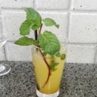 Coquetel criativo com pisco, bebida feita no Peru.