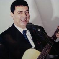 Natálio toca e canta