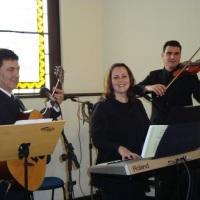 Natálio, Sheila e Rodrigo tocando em uma cerimônia