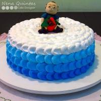 Ombre cake com boneco modelado em pasta americana