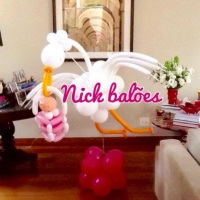 Cegonha de Balões com bebê no cestinho