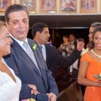 Carla e Jorge realizando o sonho das filhas ao fundo.