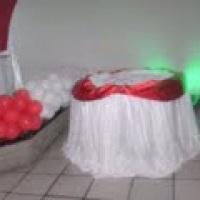 mesa c/ tampo redondo e toalha