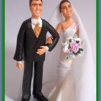 Bonecos dos noivos com as feições representativas dos mesmos.