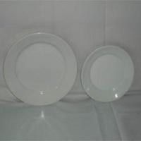 Locação de pratos de mesa e pratos de sobremesa.