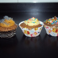Cupcakes recheados e com cobertura.