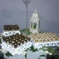 copinho de chocolate recheado com mousse e mini trufas douradas