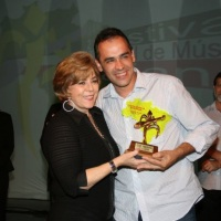 Festival Nacional de Música Italiana - 1º lugar - Recebendo o prêmio das mãos de Marly Marley