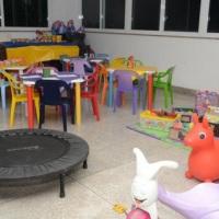 oficina de arte, com opção de tapete com brinquedos de montar, mini trave pra chute ao gol mini jump